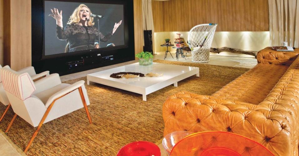 A arquiteta Walléria Teixeira assina a Family Room, com 110 m². No ambiente, destaque para o sofá descomunal em capitonê criado pelo designer Guilherme Torres. A Casa Cor Brasília fica aberta ao público de 29 de setembro a 06 de novembro de 2012