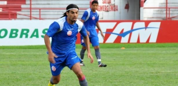 Atacante Araújo corre durante treinamento do Náutico nos Aflitos