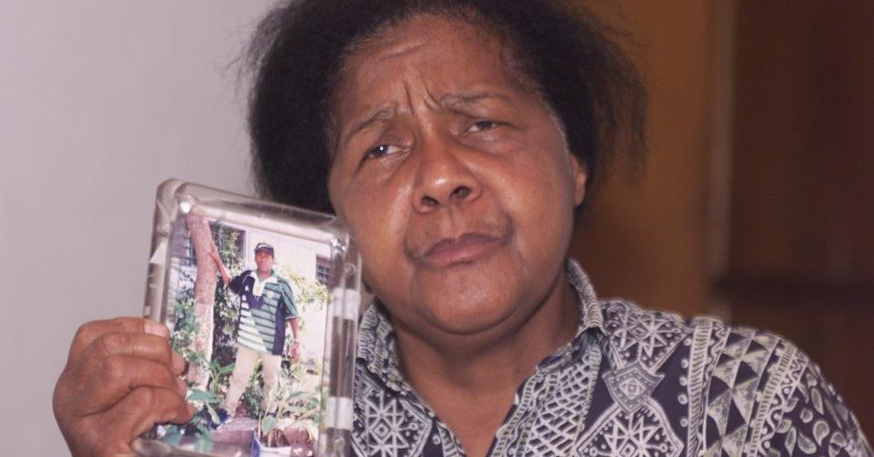 """Celina Aparecida dos Santos, em foto de 2002, era mãe de Mauro Batista da Silva, um dos 111 detentos mortos no Carandiru. """"O massacre do Carandiru é símbolo da convergência de duas políticas do Estado que ainda vigoram: a política de extermínio e de encarceramento em massa da população mais pobre e periférica"""", diz Rodolfo Valente, da Pastoral Carcerária"""