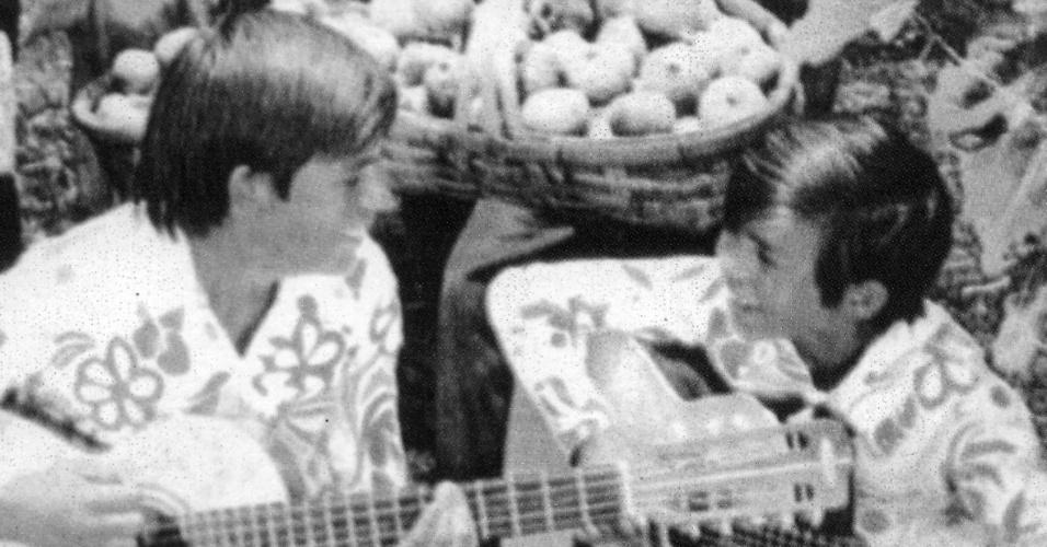 Chitãozinho e Xororó tocam violão em foto tirada em 1971, no incício da carreira da dupla