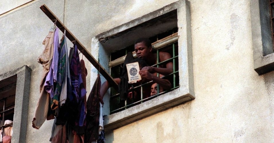 Detento mostra livro sobre direitos humanos, em 1992. No dia 2 de outubro do mesmo ano, uma briga de presos no pavilhão 9, da Casa de Detenção de São Paulo, gerou um tumulto que culminou na intervenção da Polícia Militar. O resultado foram 111 mortos, no episódio conhecido como massacre do Carandiru
