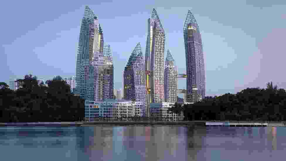 """Mais de 300 projetos em 33 categorias foram selecionados para a final do World Architecture Festival Awards e serão julgados em uma competição ao vivo, ao longo de um festival de três dias. O vencedor de cada categoria competirá pelo prêmio maior, de """"Construção do Ano"""". Um desses finalistas é este conjunto residencial em Cingapura, de 93 mil metros quadrados (Imagem da BBC, usar apenas no respectivo material) - Divulgação"""