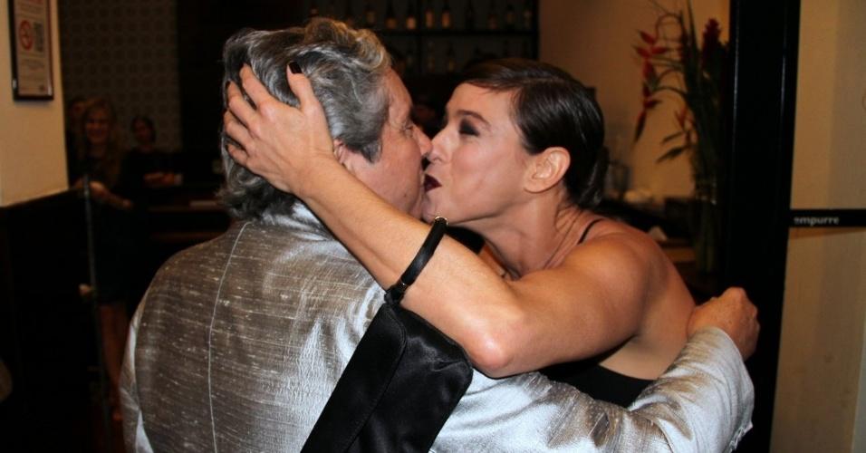 Maria Paula deu um selinho de aniversário no diretor Domingos de Oliveira (27/9/12)