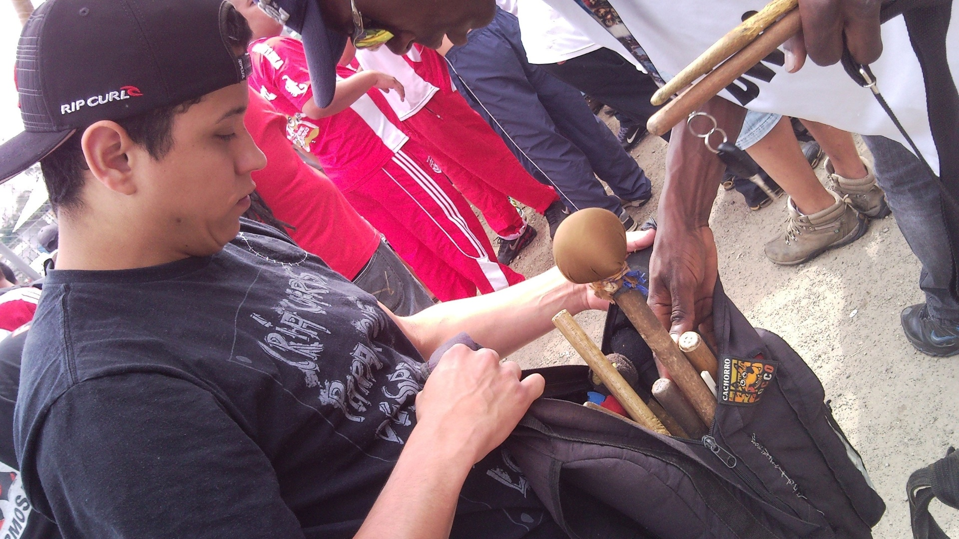 Mochila de baquetas: membro da bateria traz baquetas extras, para não faltar durante o jogo