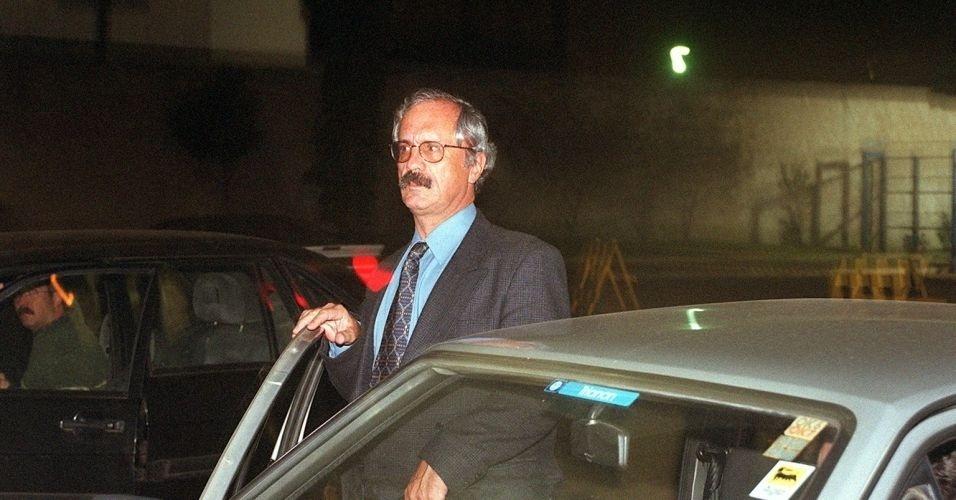 O coronel Ubiratan Guimarães deixa o Fórum Criminal da Barra Funda (SP), em 2001, após ser condenado a 632 anos de prisão pela participação no massacre do Carandiru. Ubiratan morreu em 2006, vítima de assassinato. A principal suspeita é a advogada Carla Cepollina, que mantinha relacionamento o coronel. Cepollina aguarda julgamento