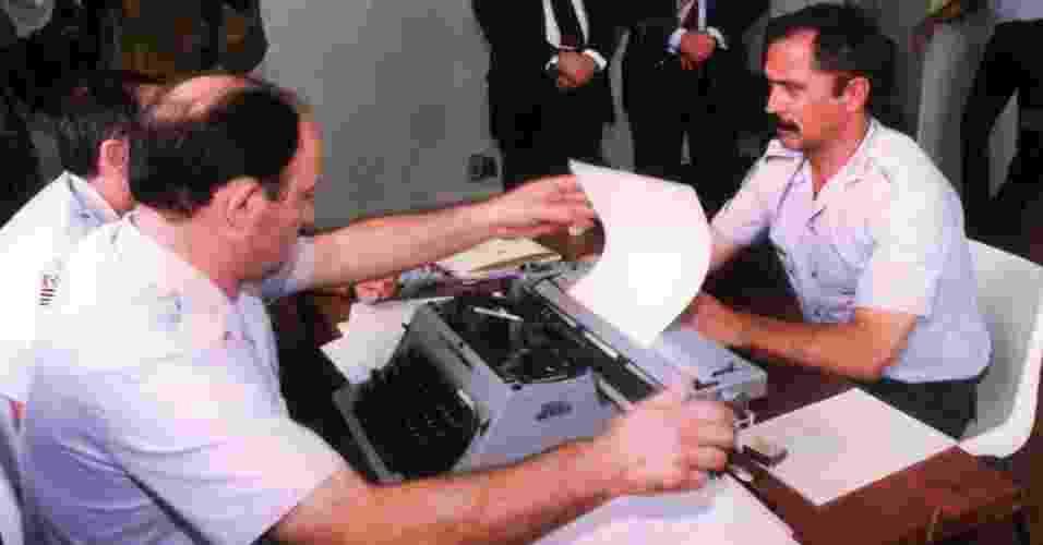 O coronel Ubiratan Guimarães presta depoimento em 1992 no quartel da Polícia Militar, em São Paulo. Ubiratan assumiu a responsabilidade pela invasão do pavilhão 9, no dia 2 de outubro de 1992, que resultou na morte de 111 presos. Ele morreu em 2006, vítima de assassinato. A principal suspeita é a advogada Carla Cepollina, que mantinha relacionamento o coronel. Cepollina aguarda julgamento - Luiz Carlos Murauskas/Folhapress