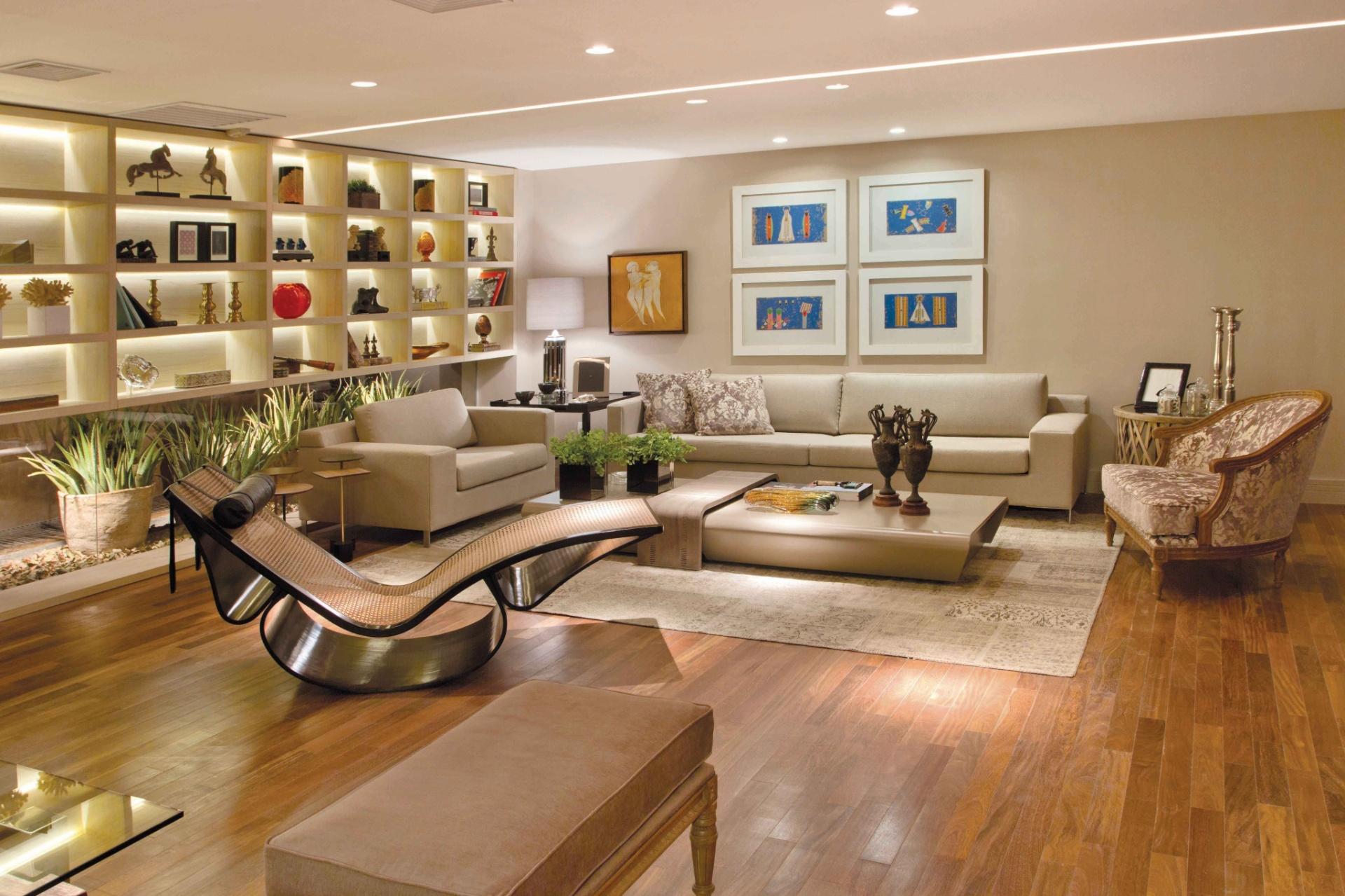 Os arquitetos Hélio Albuquerque e Sonia Peres são os responsáveis pelo amplo Living com 90 m². Destaque para as grandes estantes do ambiente, bem como para a chaise longue