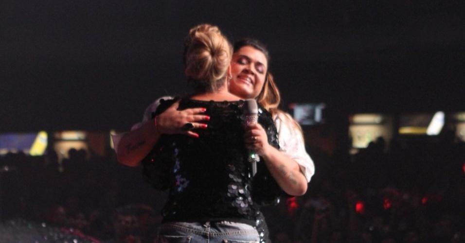Preta Gil recebe Viviane Aráujo no palco de seu show no Rio de Janeiro (27/9/12)