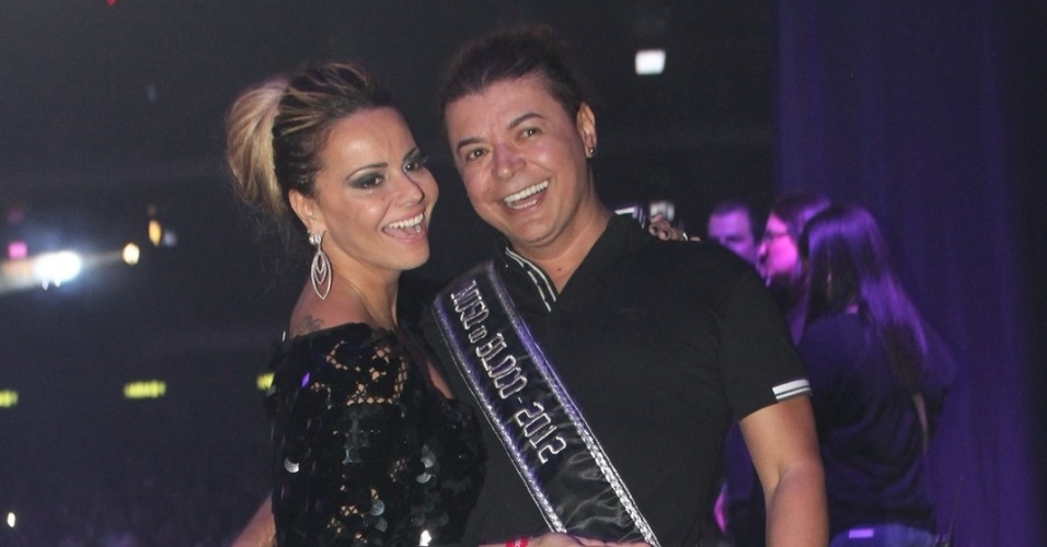Viviane Araújo posa para fotos ao lado de David Brazil ao chegar no show da cantora Preta Gil (27/9/12)
