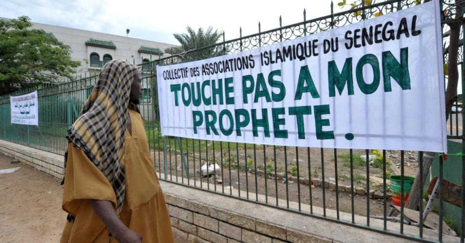 """29.set.2012 - Homem observa carta que diz """"Coletivo das Associações Islâmicas de Senegal - Não toque em meu profeta"""" no Senegal"""