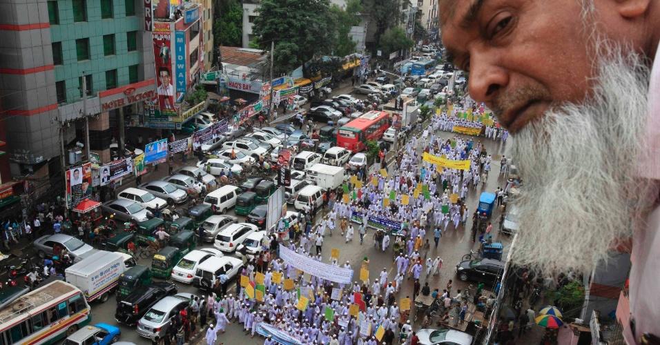 29.set.2012 - Homem observa, do alto de um telhado, um protesto contra filme anti-Islã e caritcaturas do profeta Maomé publicadas em revistas na Europa,em Bangladesh