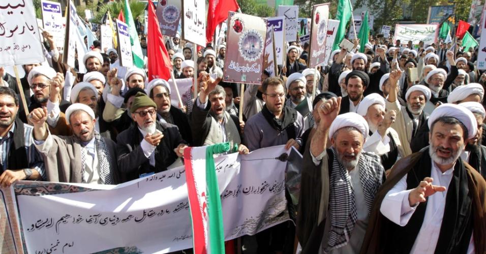 29.set.2012 - Manifestantes protestam contra filme anti-Islã em Teerã, no Irã
