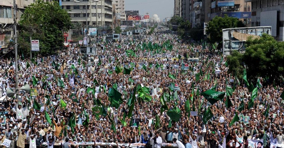 29.set.2012 - Milhares de paquistaneses protestam contra filme anti-Islã, em Karachi