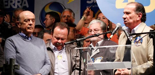 Aloysio (à direita) discursa em comício de Serra (á esquerda) para prefeito em 2012