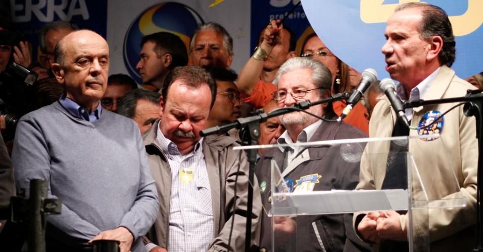 """29.set.2012 - O senador Aloysio Nunes (PSDB-SP) discursa neste sábado (29) durante comício da campanha do tucano José Serra (á esquerda) à Prefeitura de São Paulo no largo 13 de Maio, em Santo Amaro, na zona sul. O líder nas pesquisas Celso Russomanno foi atacado pelo senador, que o chamou de """"mauricinho metido a justiceiro""""."""