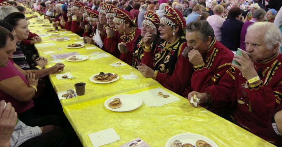 29.set.2102 - 1335 pessoas tomam chá juntas na tentativa de quebrar o recorde mundial, na Sibéria
