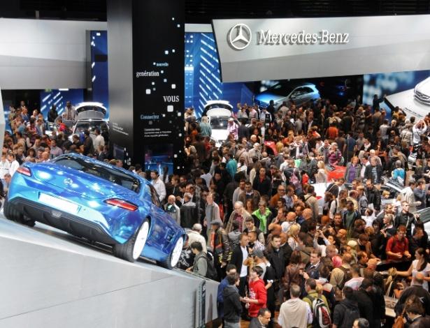 Público lota estande da Mercedes logo após a abertura do Salão de Paris, neste sábado (29) - Murilo Góes/UOL