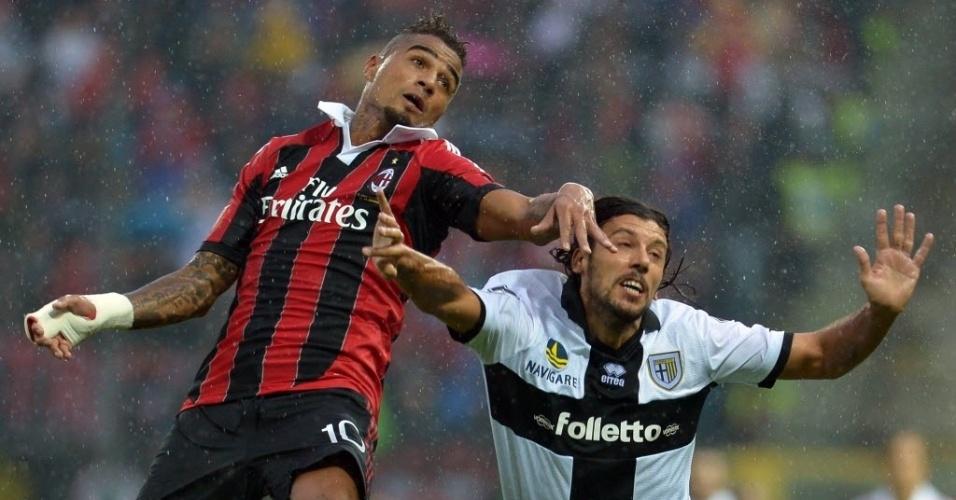 Boateng (esq), do Milan tenta ganhar o lance pelo alto contra Cristian Zaccardo, do Parma