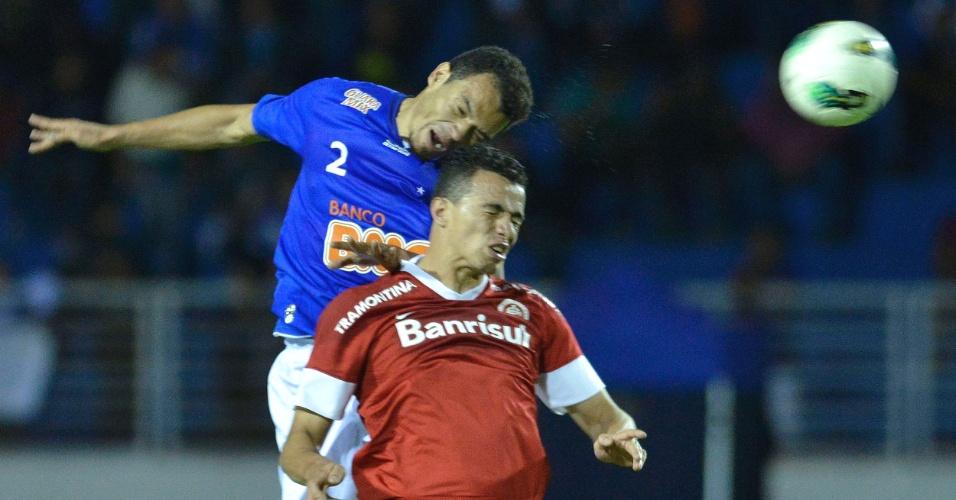 Ceará, do Cruzeiro, e Leandro Damião, do Inter, disputam a bola em jogo do Brasileirão