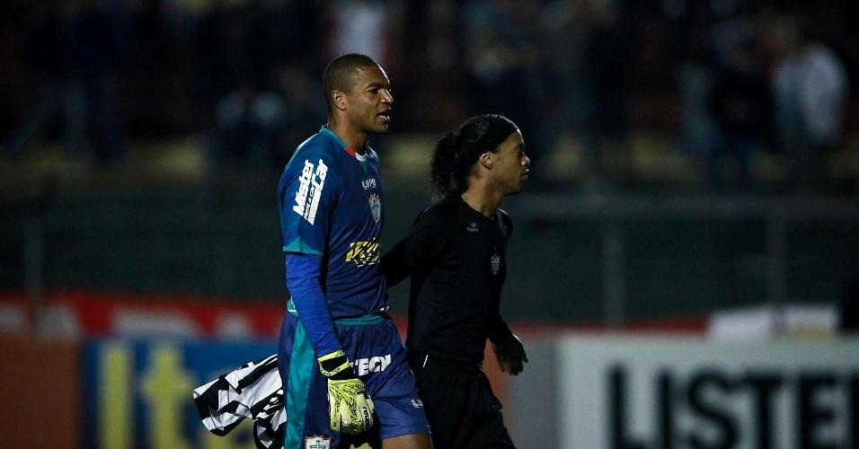 Dida e Ronaldinho Gaúcho conversam no intervalo do jogo entre Portuguesa e Atlético-MG, no Canindé (29/09/2012)