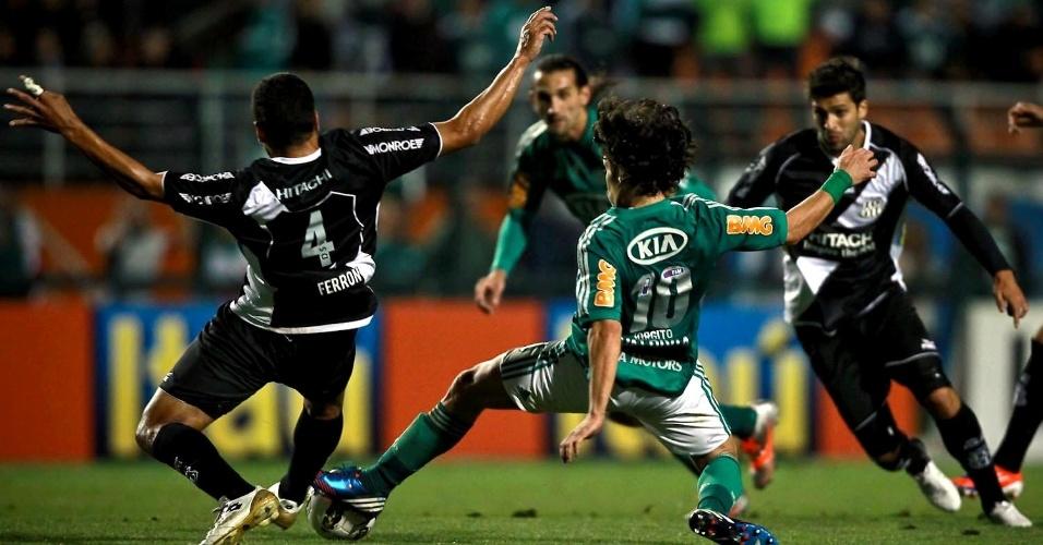 Ferron, da Ponte Preta, e Valdivia, do Palmeiras, brigam pela posse da bola