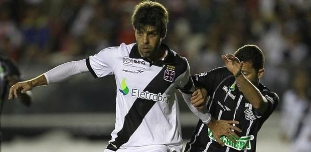 Juninho disputa a bola com jogador do Figueirense em vitória do Vasco