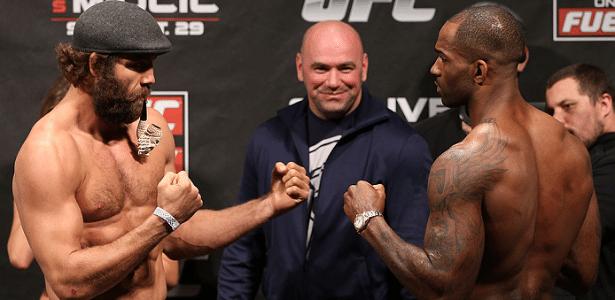 Kyle Kingsbury vai à pesagem com um cachimbo para encarar Jimi Manuwa no UFC on Fuel TV 5