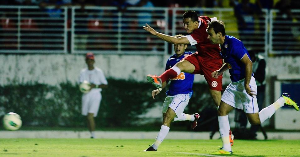 Leandro Damião tenta marcar no jogo entre Inter e Cruzeiro (29/09/2012)