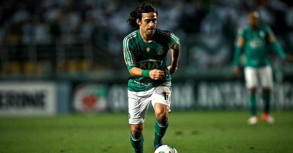 Meia Valdivia, do Palmeiras, conduz a bola durante duelo contra a Ponte Preta