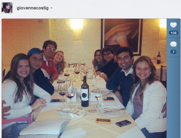 Noiva de Ganso janta com o jogador para comemorar noivado