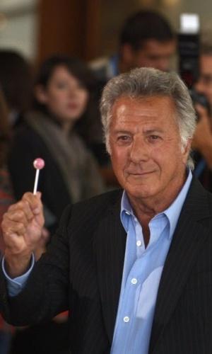 O ator Dustin Hoffman tira um pirulito da boca de um fotógrafo durante a passagem pelo tapete vermelho no festival de San Sebastian (29/9/12)