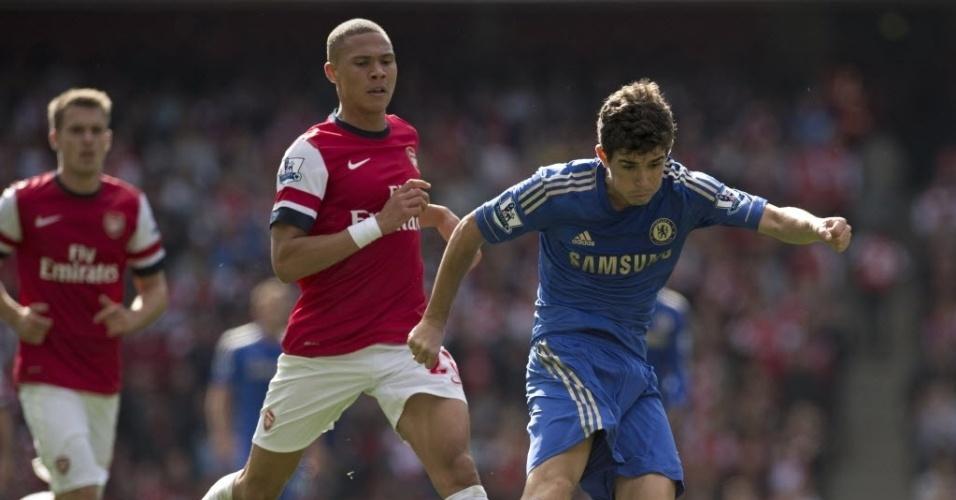 29.set.2012 - O meia Oscar, do Chelsea, tenta a jogada no clássico contra o Arsenal pelo Campeonato Inglês