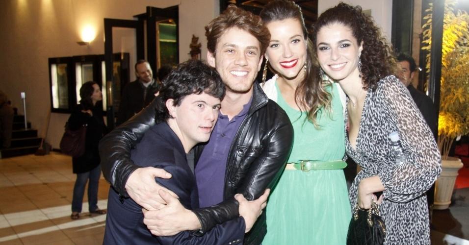 """Os atores Breno Viola (à esq), Leonardo Miggiorin e Juliana Didone e chegam à exibição do filme """"Colegas"""" (29/9/12)"""