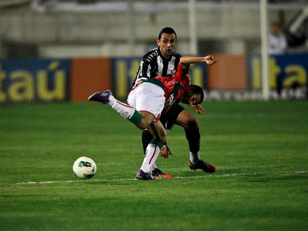 Rafael Marques rouba a bola de jogador da Portuguesa no Canindé (29/09/2012)