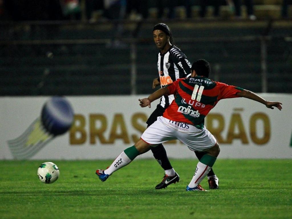 Ronaldinho Gaúcho dá passe em jogo do Atlético-MG contra a Portuguesa (29/09/2012)