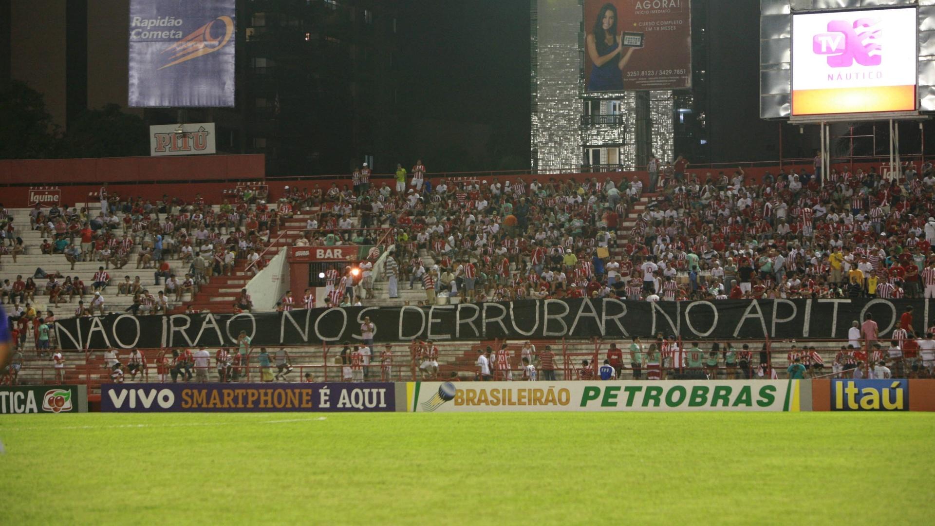 Torcida do Náutico leva faixa de protesto aos Aflitos e provoca atraso no início da partida contra o Atlético-GO