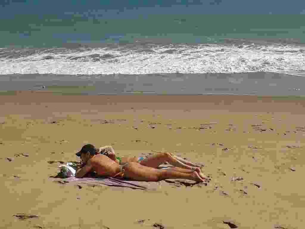 30.set.2012 - Banhistas aproveitam o domingo de calor na praia de Iracema, em Fortaleza - Fabrício Calado/UOL