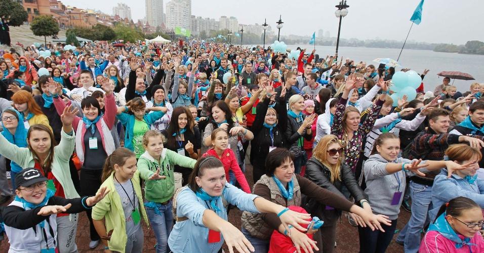 30.set.2012 - Cerca de 15 mil pessoas participam de exercício matinal em Kiev, na Ucrânia