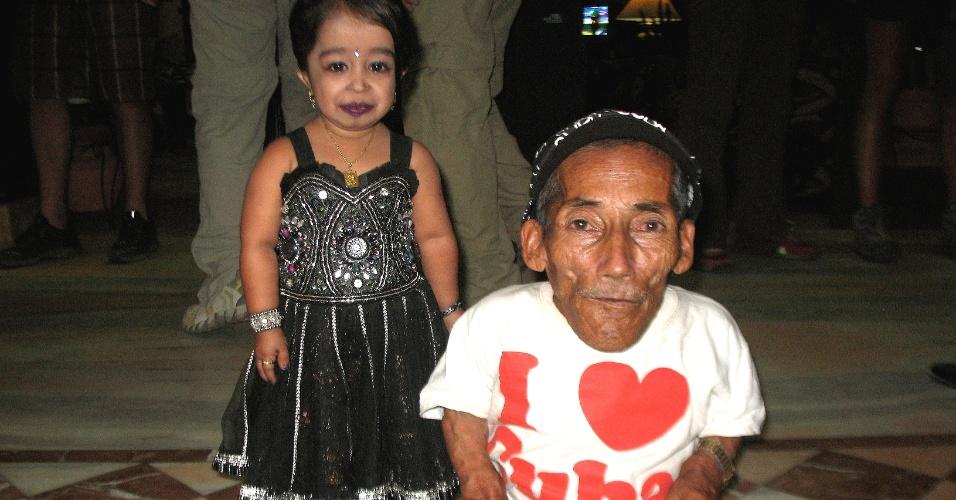 30.set.2012 - O menor homem do mundo se encontra com a menor mulher do mundo, em Katmandu, no Nepal
