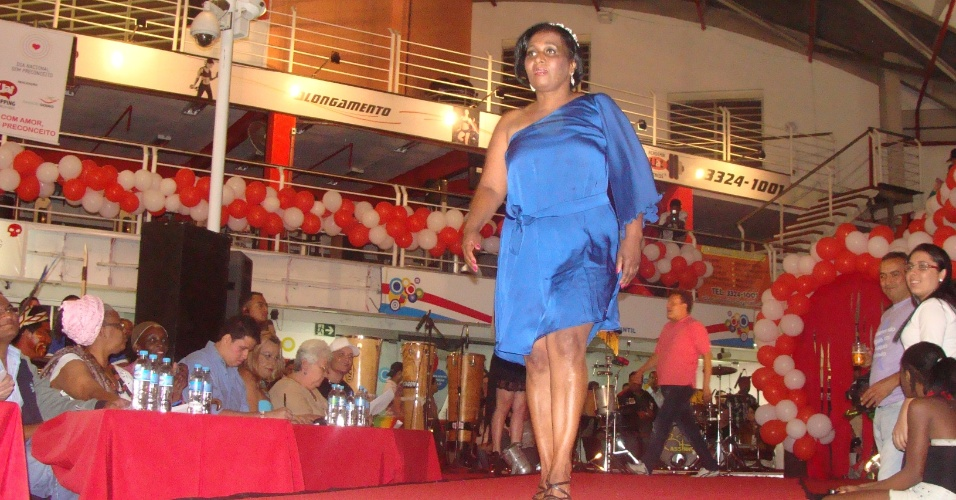 30.set.2012 - Que Miss Brasil que nada! Profissionais do sexo que atuam na capital mineira desfilam charme e ousadia na passarela montada em um shopping popular de BH