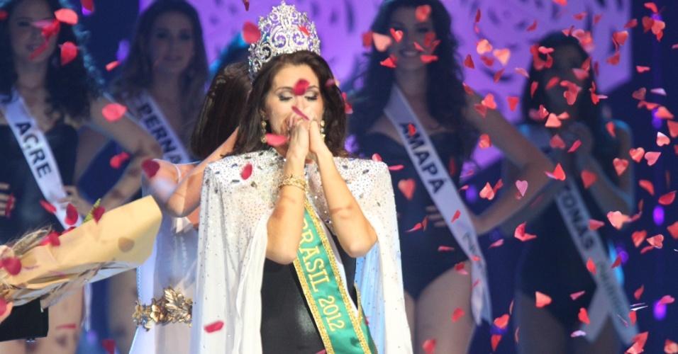 A vencedora do Miss Brasil 2012 é a gaúcha Gabriela Markus, 23 anos, 1,80 m. Ela enxuga as lágrimas após ouvir o anúncio final