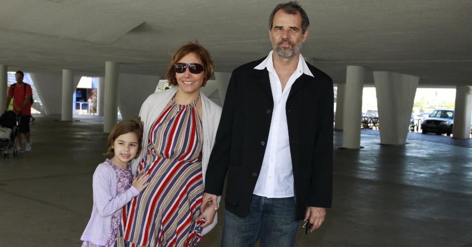 Acompanhada da família, a atriz Heloisa Périssé chega no casamento da atriz Emanuelle Araújo, no Rio (30/9/12)
