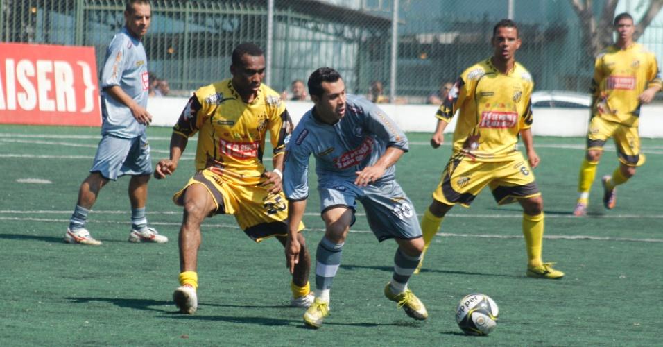 Ajax (de amarelo), de Vila Rica, venceu o Cantareira por 3 a 0 e se classificou antecipadamente para a semifinal da Copa Kaiser