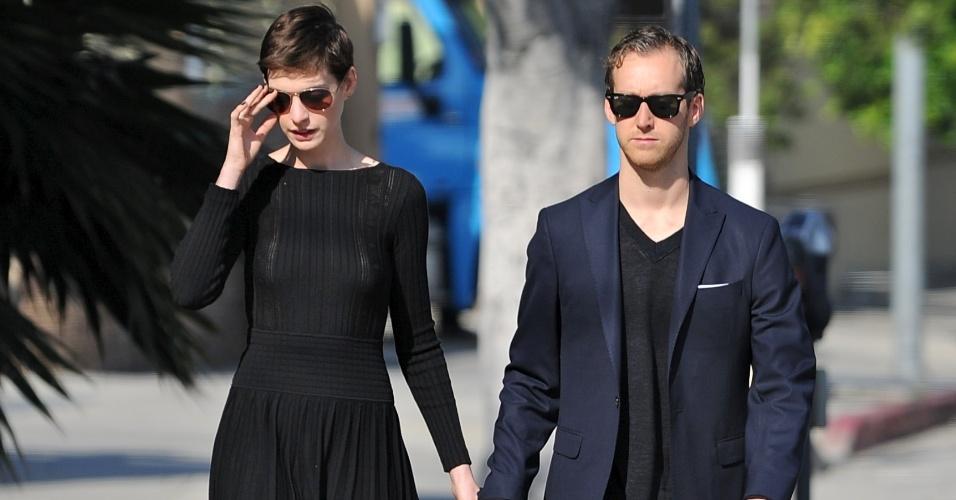 Anne Hathaway e o namorado Adam Schulman em Los Angeles (30/9/12)
