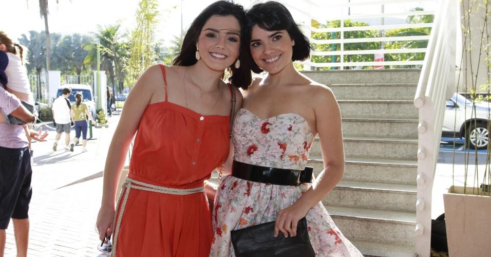 As atrizes Giovanna Lancellotti (à esq) e Vanessa Giácomo chegam no casamento da atriz Emanuelle Araújo, no Rio de Janeiro (30/9/12)
