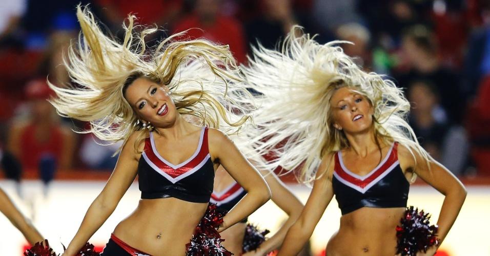 Cheerleaders do Calgary Stampeders entram em ação durante jogo do time na CFL