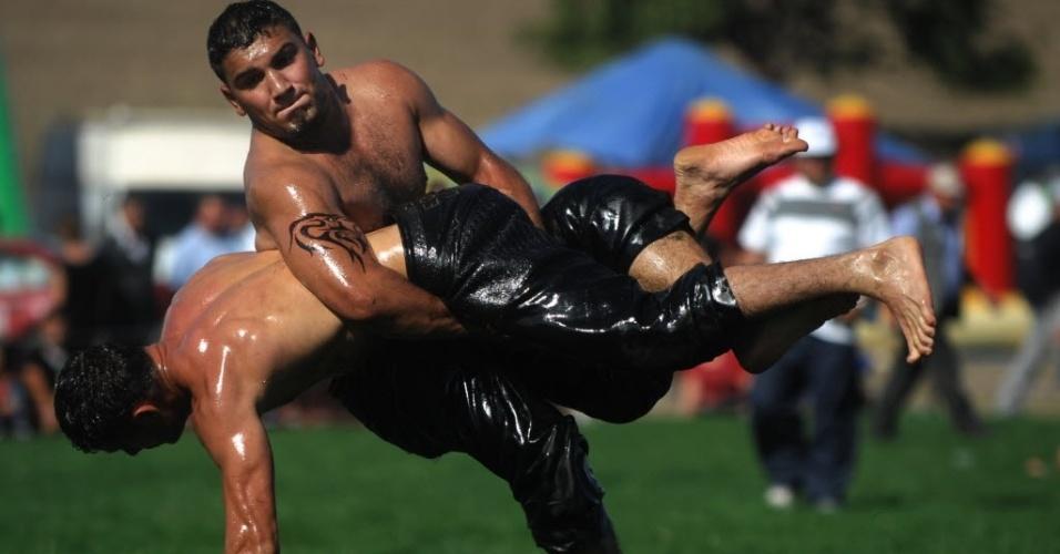 Competidores duelam na luta olímpica com óleo, em Cherna, na Bulgária