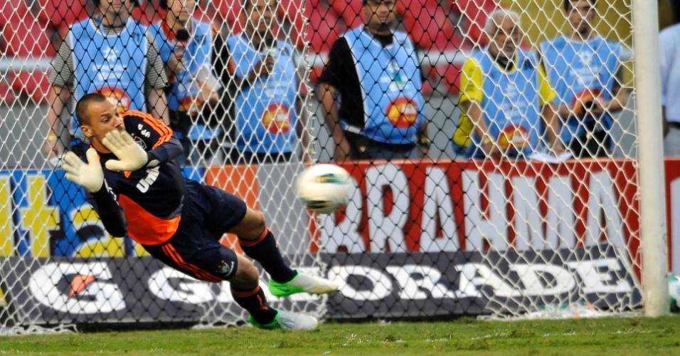 Diego Cavalieri defende pênalti no clássico com o Flamengo (30/09/2012)