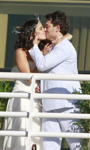 Emanuelle Araújo e Carlos Henrique se beijam em sua festa de casamento
