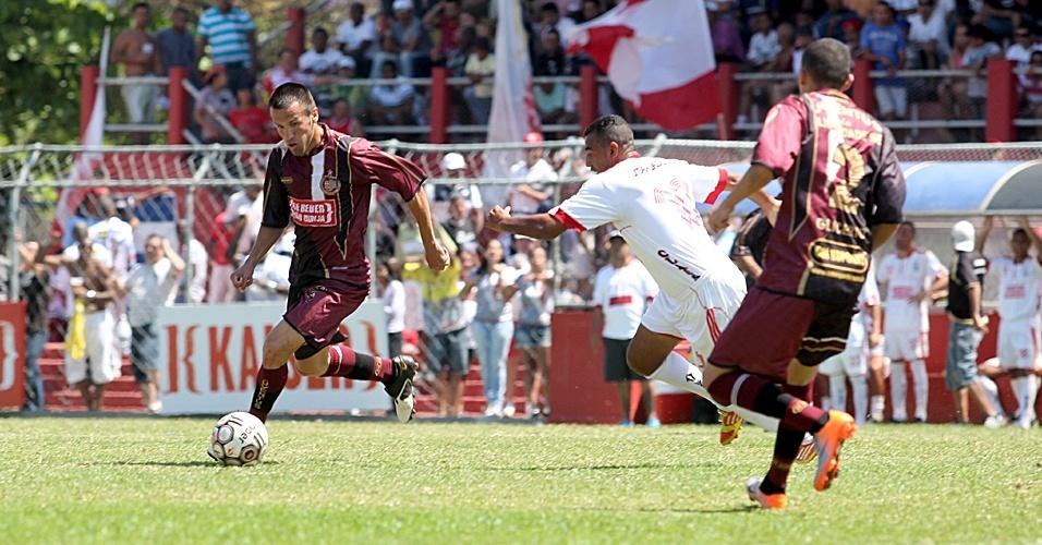 Jogador do Juventus (vinho) tenta a jogada em partida contra o Classe A